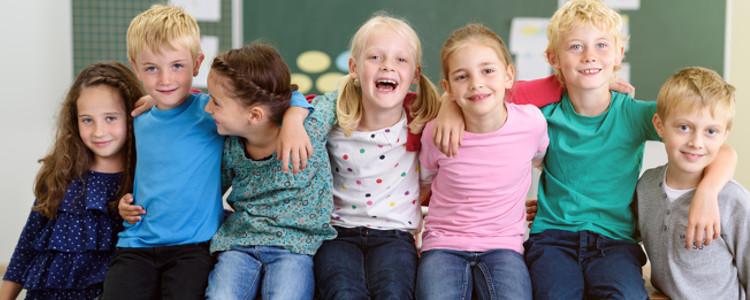 lachende Kinder in der Schule